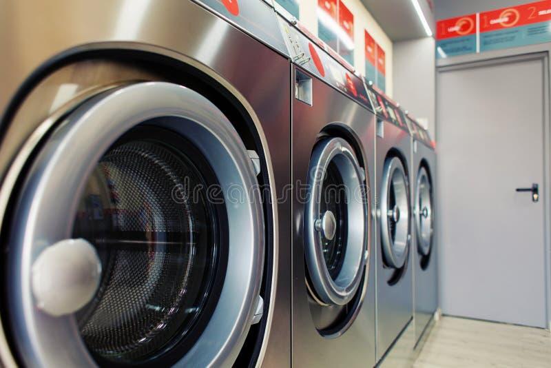 Primer de la lavadora del servicio del uno mismo imagenes de archivo