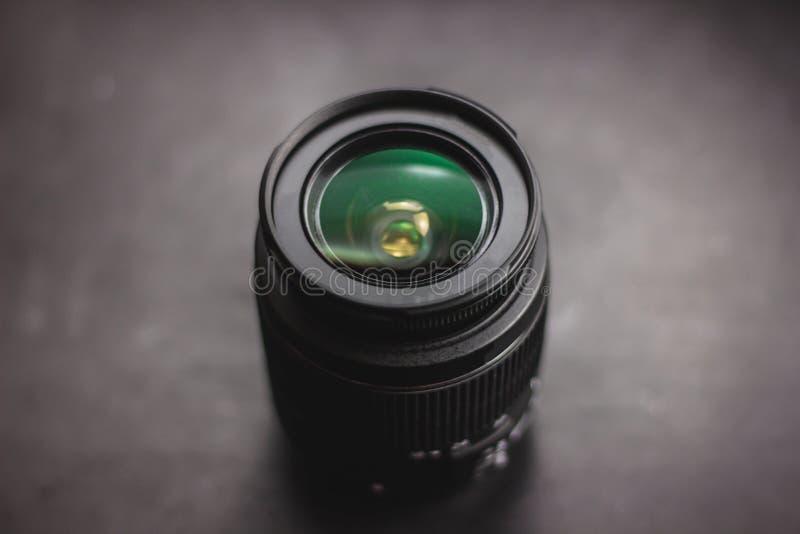 Primer de la lente de cámara sobre fondo negro fotografía de archivo