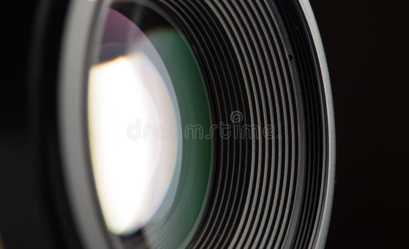 Primer de la lente de c?mara en fondo negro fotografía de archivo