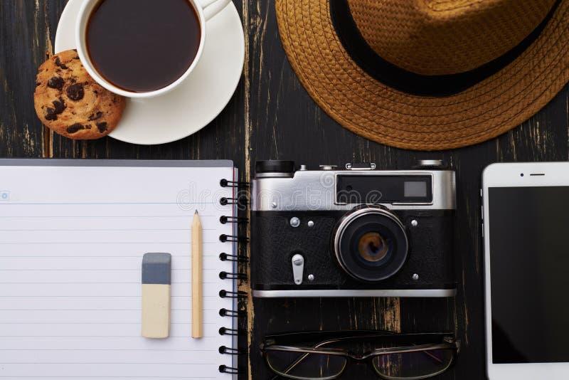 Primer de la libreta con el lápiz, lentes, teléfono, sombrero, cámara imagen de archivo libre de regalías