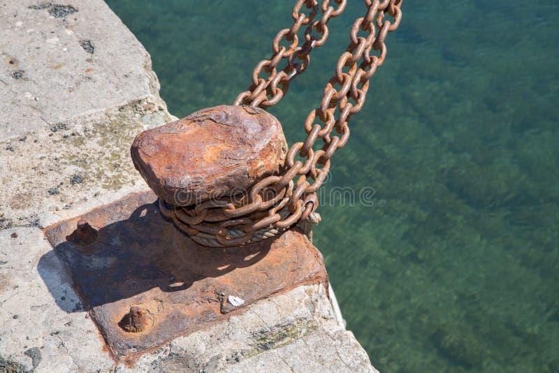 Primer de la litera desmantelada del hierro con la cadena imágenes de archivo libres de regalías