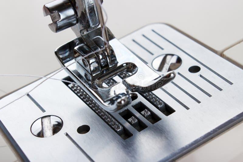 Primer de la máquina de coser imagenes de archivo