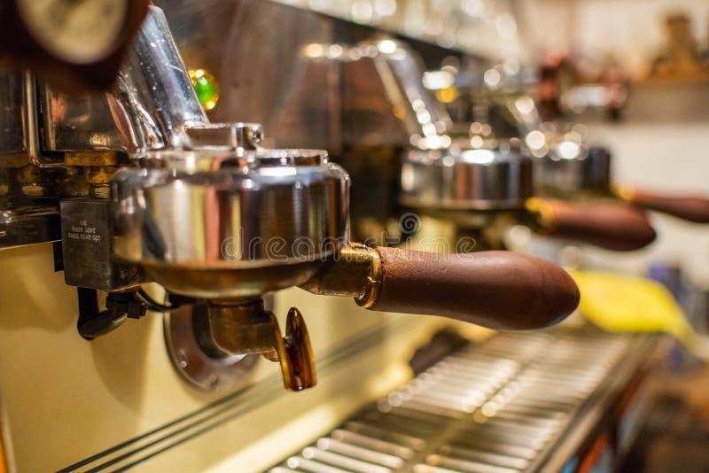 Primer de la máquina del café del café express El preparar profesional del café imagenes de archivo