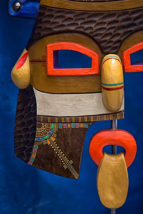 Primer de la máscara de madera colorida indígena en Ecuador foto de archivo libre de regalías