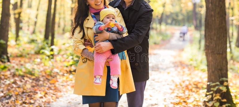 Primer de la madre, del padre y del bebé felices de la familia en naturaleza del otoño fotos de archivo libres de regalías