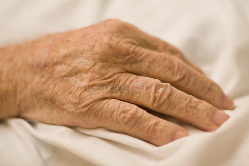 Primer de la mano arrugada del viejo hombre fotos de archivo