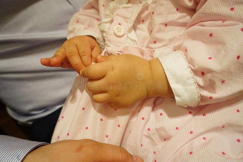 Primer de la mano del bebé fotos de archivo