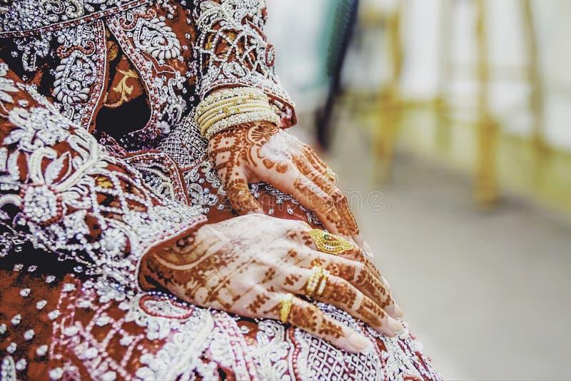 Primer de la mano de la hembra que lleva un viejo arte tradicional de la ropa y de cuerpo en las manos y los fingeres imagenes de archivo