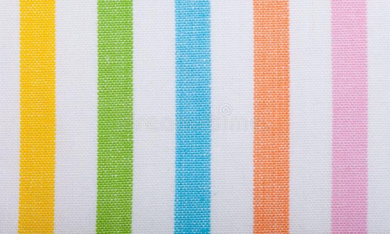 Primer de la materia textil rayada colorida como fondo o textura imagenes de archivo