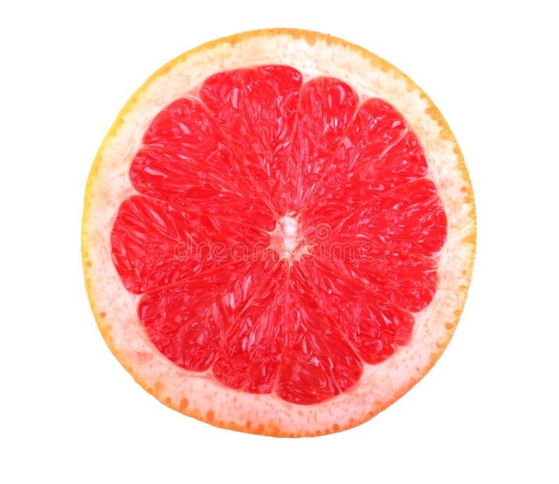 Primer de la mitad fresca, madura, jugosa de un pomelo rojo brillante, aislada en un fondo blanco Mitad del pomelo rosado fresco imágenes de archivo libres de regalías