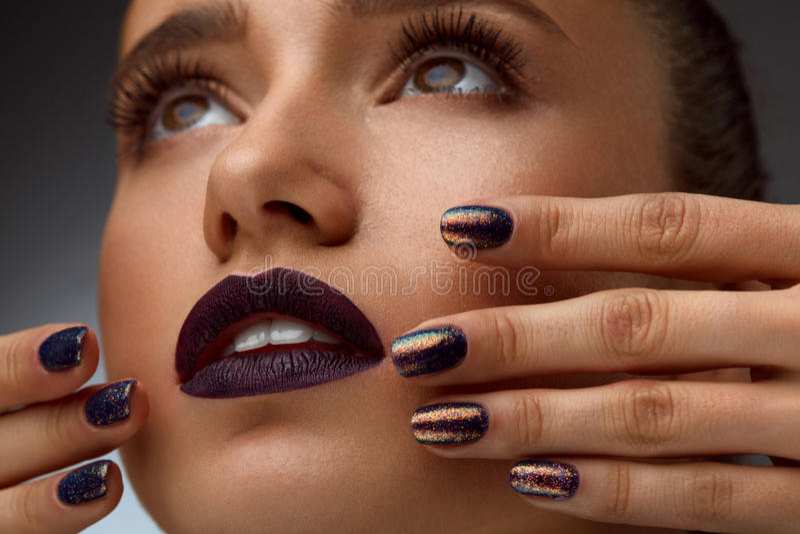 Primer de la moda Mujer atractiva con maquillaje y la manicura de lujo fotografía de archivo