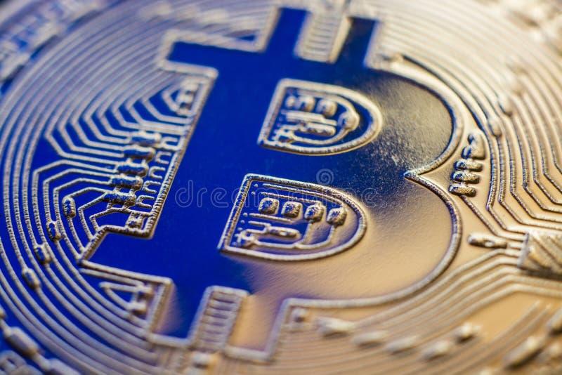 Primer de la moneda de la moneda de Bitcoin en retroiluminación azul fotos de archivo
