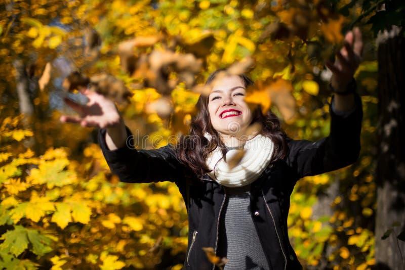 Primer de la muchacha en un fondo del paisaje del otoño fotos de archivo