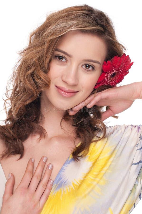 Primer de la muchacha hermosa con la flor roja del aster fotografía de archivo