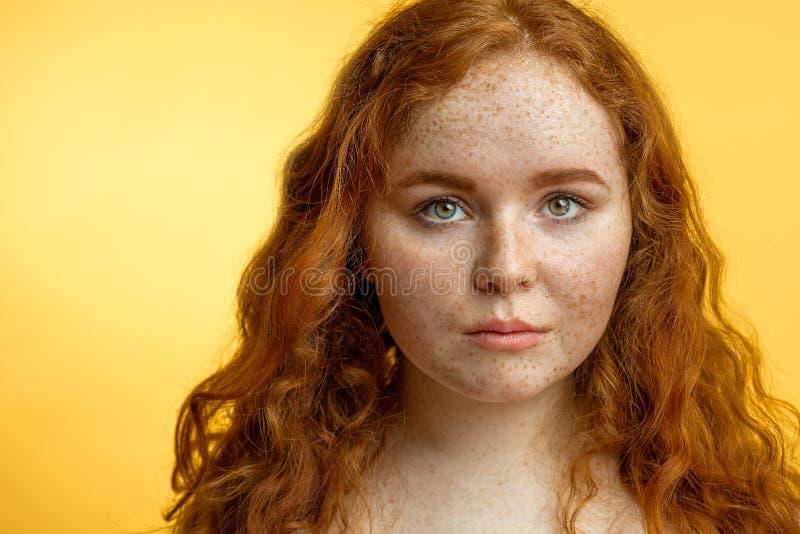 Primer de la muchacha pecosa pelirroja hermosa con el pelo rizado flojo fotografía de archivo