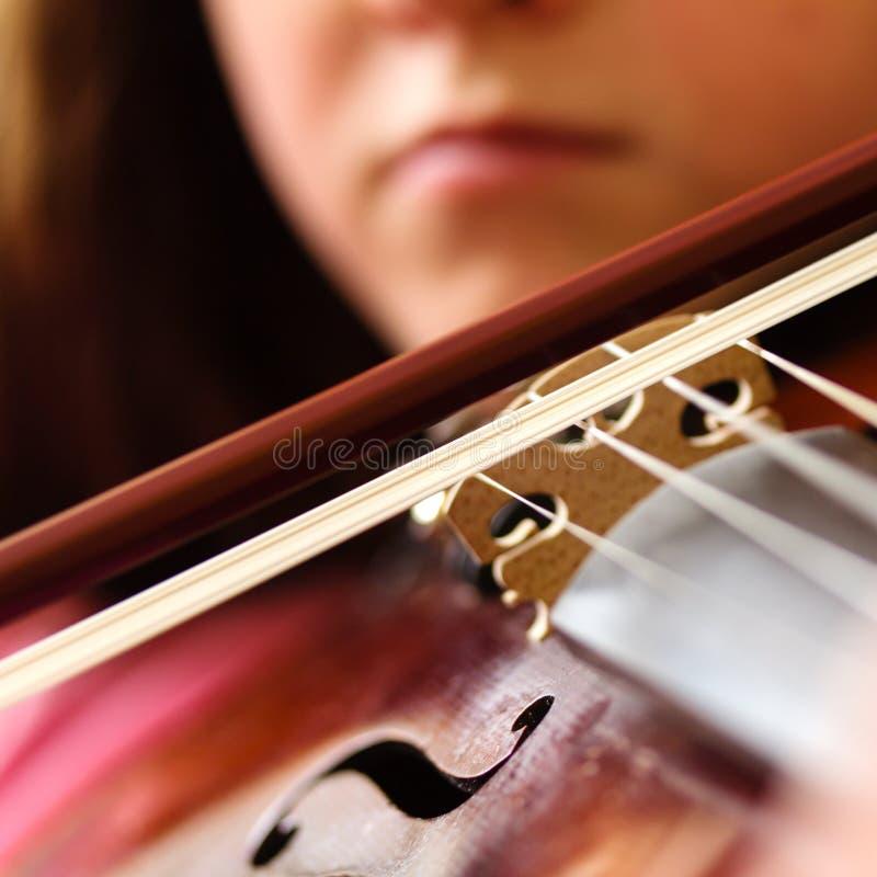 Primer de la muchacha que toca el instrumento musical - violín imagen de archivo
