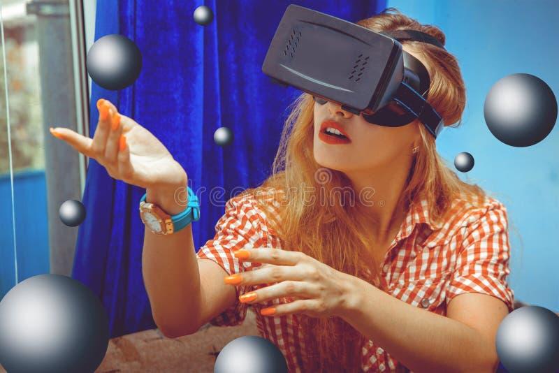 Primer de la mujer en casco de la realidad virtual imagen de archivo