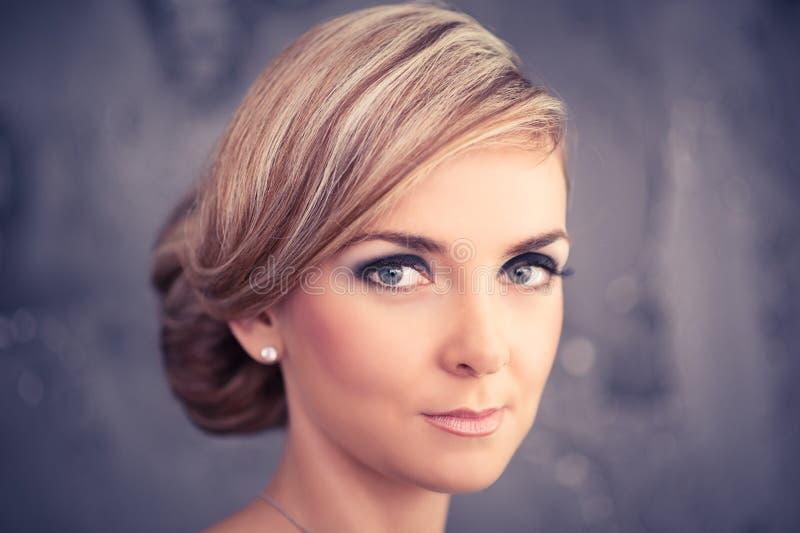 Primer de la mujer hermosa joven fotos de archivo libres de regalías