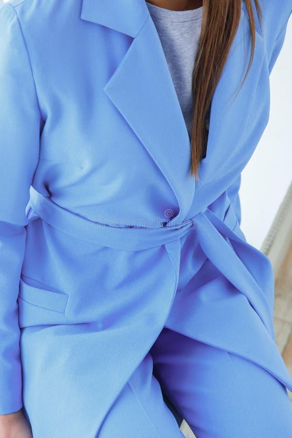 Primer de la mujer joven hermosa en pantsuit azul casual foto de archivo