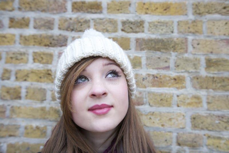 Primer de la mujer joven hermosa que mira para arriba foto de archivo libre de regalías