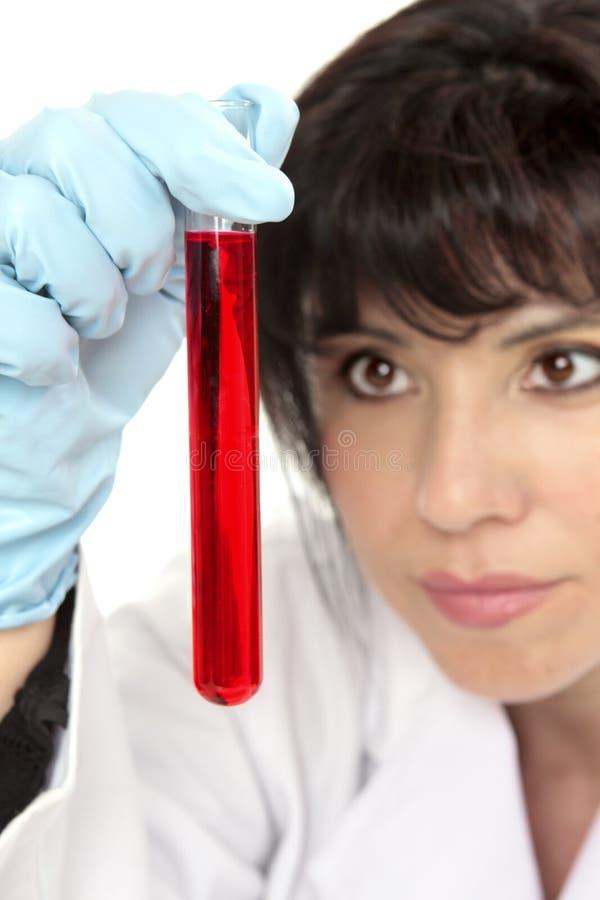 Primer de la mujer que analiza el tubo de prueba imágenes de archivo libres de regalías