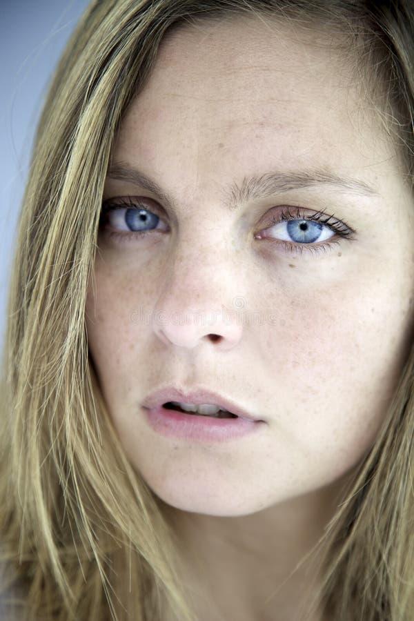 Primer de la mujer rubia hermosa muy triste foto de archivo