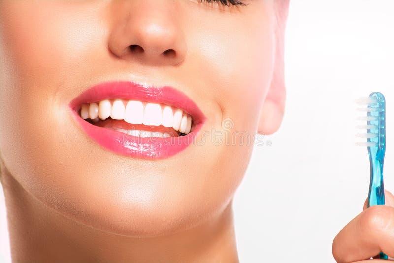 Primer de la mujer sonriente con los dientes blancos perfectos foto de archivo