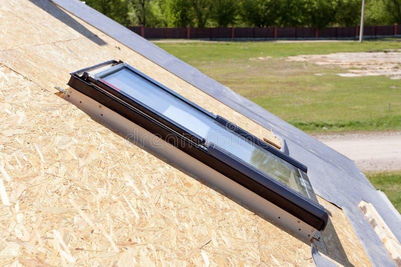 Primer de la nueva ventana de la buhardilla del tragaluz en un tejado bajo construcción imágenes de archivo libres de regalías