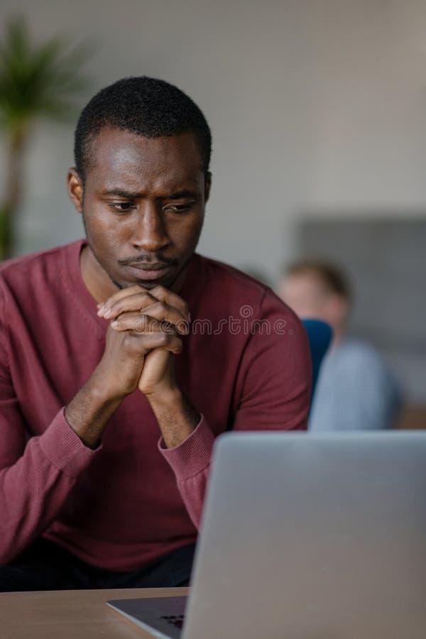 Primer de la oficina del inicio de Person Typing On Laptop At fotografía de archivo libre de regalías