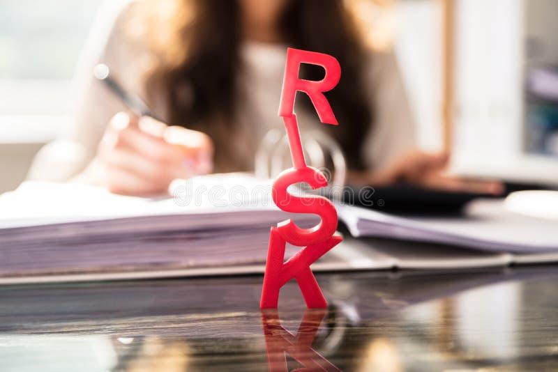 Primer de la palabra roja del riesgo fotos de archivo libres de regalías