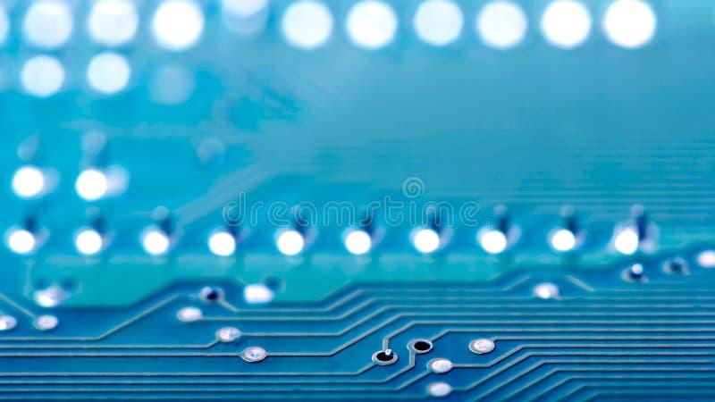 Primer de la parte de una placa de circuito azul