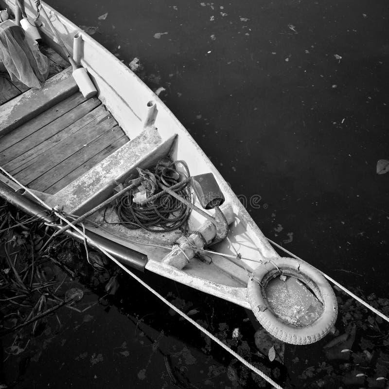 Primer de la parte delantera del pequeño barco del pescador amarrado en puerto Pequeña flotación del barco de fila Fotograf?a bla fotos de archivo