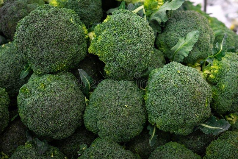 Primer de la pila del br?culi en el mercado, verduras frescas, sanas, org?nicas tales como br?culi en venta en el marke de un gra fotos de archivo libres de regalías