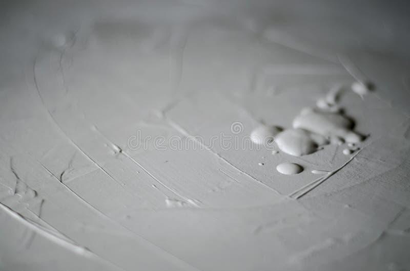 Primer de la pintura de pared usando un rodillo imágenes de archivo libres de regalías