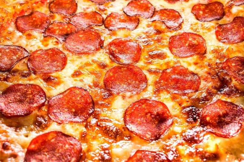Primer de la pizza de salchichones imágenes de archivo libres de regalías