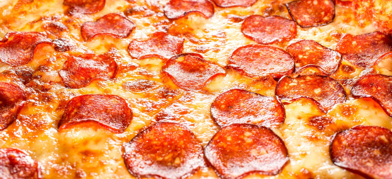 Primer de la pizza de salchichones foto de archivo libre de regalías