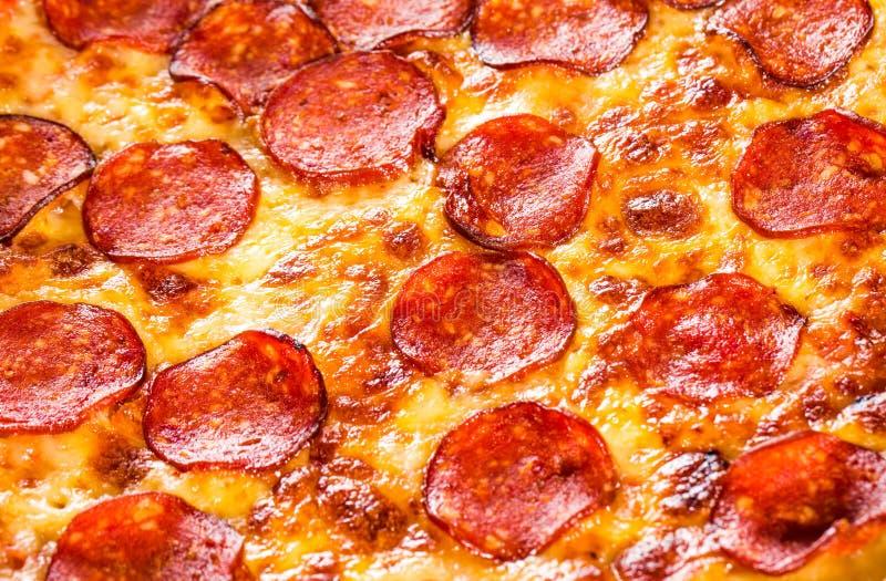 Primer de la pizza de salchichones fotografía de archivo