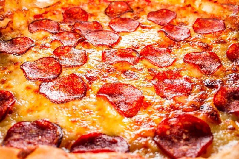 Primer de la pizza de salchichones fotos de archivo