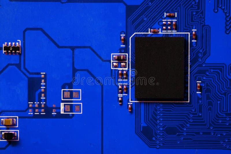 Primer de la placa de circuito electrónica con el procesador fotografía de archivo libre de regalías