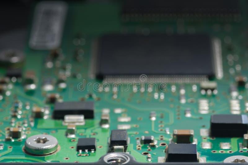 Primer de la placa de circuito electrónica con el procesador fotos de archivo
