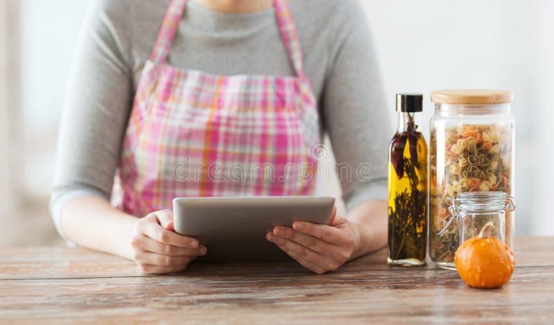 Primer de la receta de la lectura de la mujer de la PC de la tableta foto de archivo libre de regalías