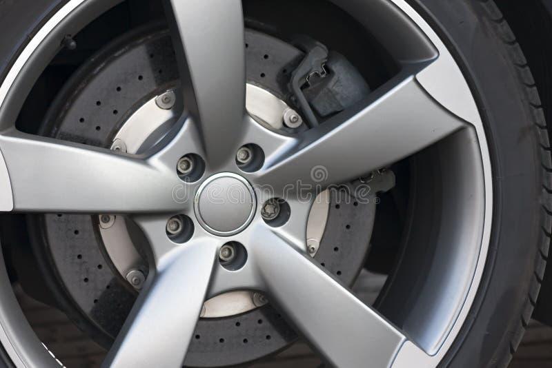 Primer de la rueda con el disco y el calibrador del freno imagen de archivo