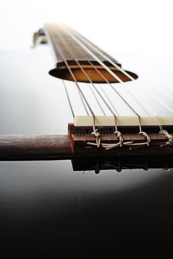 Primer de la secuencia de la guitarra Foto reflexiva brillante negra artsy del estudio de la guitarra del POV imagen de archivo libre de regalías