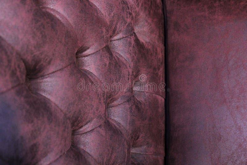 Primer de la silla elegante de Chesterfield Silla de cuero rellena Seat y parte posterior con los botones con el espacio libre pa foto de archivo libre de regalías