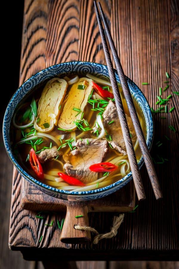Primer de la sopa roja deliciosa del curry con carne de vaca y los tallarines fotos de archivo