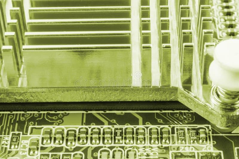Primer de la tarjeta de circuitos electrónicos con el procesador imagen de archivo