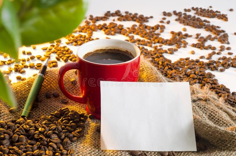 Primer de la taza de café en el saco y paz negra del papel foto de archivo libre de regalías