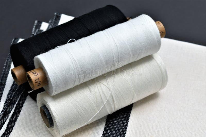 Primer de la toalla tejida a mano del algodón y del lino con los hilados usados para hacer la toalla textiles fotos de archivo