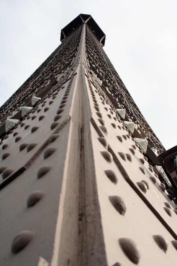 Primer de la torre Eiffel de la tierra foto de archivo