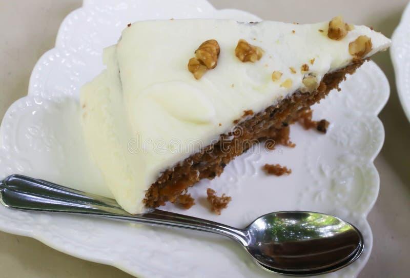 Primer de la torta de zanahoria con la nuez fotos de archivo